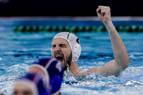 Ο Γενηδουνιάς πανηγυρίζει πόντο στο Ελλάδα - Ρωσία στο Προολυμπιακό τουρνουά.