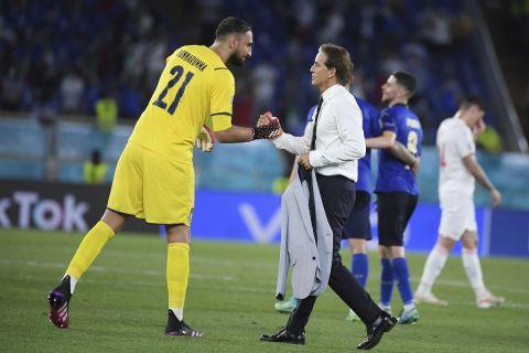 Οι Ρομπέρτο Μαντσίνι και Τζανλουίτζι Ντοναρούμα πανηγυρίζουν νίκη της Ιταλίας επί της Ελβετίας στο Euro 2020 | 16 Ιουνίου 2021