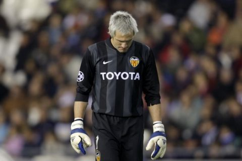 Valencia goalkeeper Santiago Canizares from Spain reacts during the Group B, Champions League, soccer match against Schalke 04 at the Mestalla Stadium in Valencia, Spain, Wednesday, Nov. 28, 2007. (AP Photo/Fernando Bustamante)