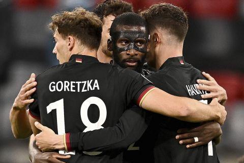 Οι παίκτες της Γερμανίας πανηγυρίζουν το γκολ