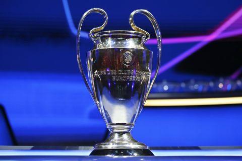 Το τρόπαιο του Champions League στην κλήρωση που διεξάγεται στην Κωνσταντινούπολη