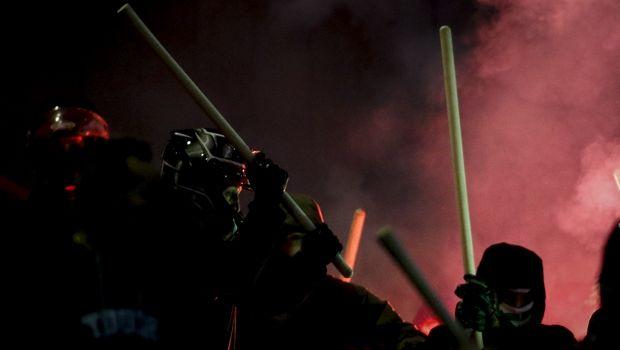 Επίθεση κουκουλοφόρων σε οπαδούς του Ολυμπιακού στο Παπαστράτειο (photos)