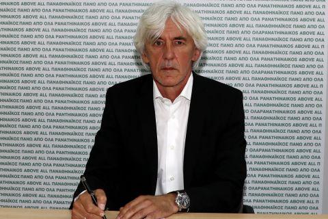 Ο Ιβάν Γιοβάνοβιτς υπογράφοντας το συμβόλαιό του με τον Παναθηναϊκό