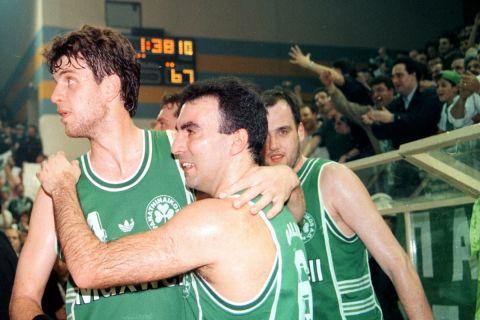 Ο Νίκος Γκάλης και ο Φραγκίσκος Αλβέρτης (με τον Χρήστο Μυριούνη λίγο πιο πίσω) πανηγυρίζουν μια ευρωπαϊκή νίκη στη σεζόν 1993-94