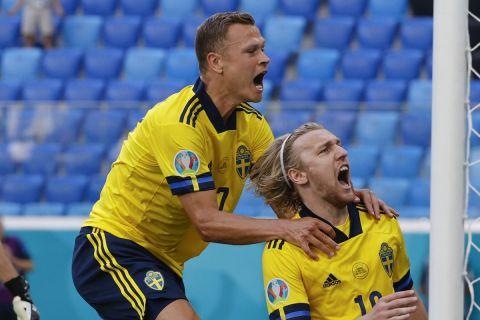 Ο Κλάεσον πανηγυρίζει με τον Φόρσμπεργκ γκολ στο Σουηδία - Πολωνία για το Euro 2020.