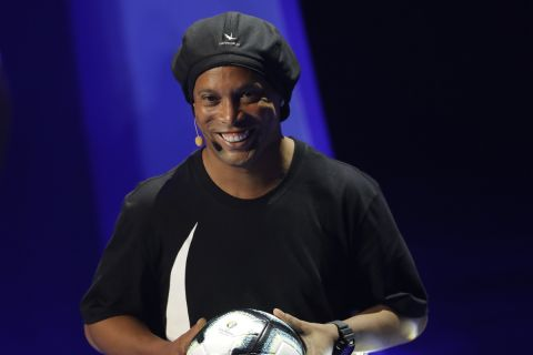 O Ροναλντίνιο κατά την παρουσίαση της επίσημης μπάλας του Copa America 2019