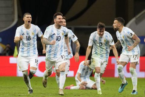 Ο Λιονέλ Μέσι πανηγυρίζει με τους συμπαίκτες του στην Εθνική Αργεντινής στο Copa America την πρόκριση στον τελικό