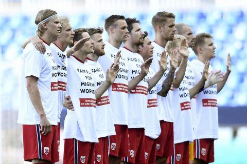 Οι παίκτες της Νορβηγίας φόρεσαν μπλουζάκια με μήνυμα για τα ανθρώπινα δικαιώματα πριν από το ματς με την Εθνική Ελλάδας (6 Ιουνίου 2021)