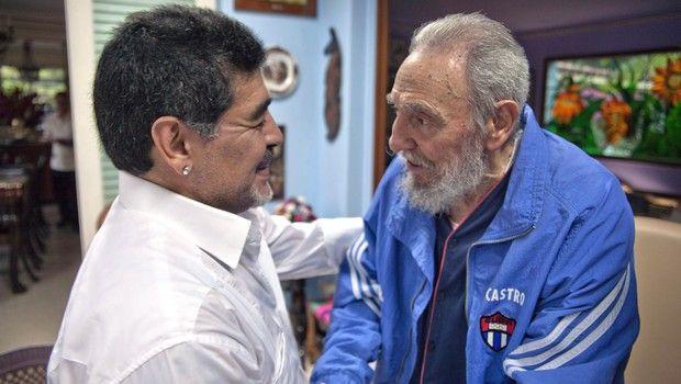 Ο Φιντέλ Κάστρο με τον Ντιέγκο Μαραντόνα στις 13 Απριλίου του 2013