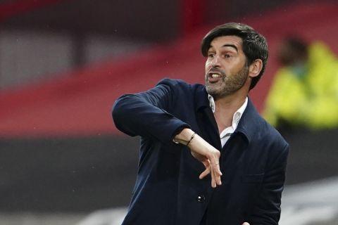 Ο Πάολο Φονσέκα δίνει οδηγίες στους παίκτες του στο Μάντσεστερ Γιουνάιτεντ - Ρόμα για το Europa League.