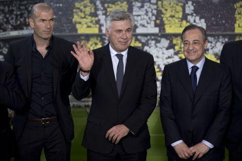 Ο Κάρλο Αντσελότι μαζί με τον βοηθό του στον πάγκο, Ζινεντίν Ζιντάν, παρουσιάζεται ως ο νέος τεχνικός της Ρεάλ Μαδρίτης από τον Φλορεντίνο Πέρεθ (26 Ιουνίου 2013)