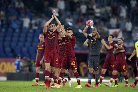 Οι ποδοσφαιριστές της Ρόμα πανηγυρίζουν μετά από νίκη που σημείωσαν