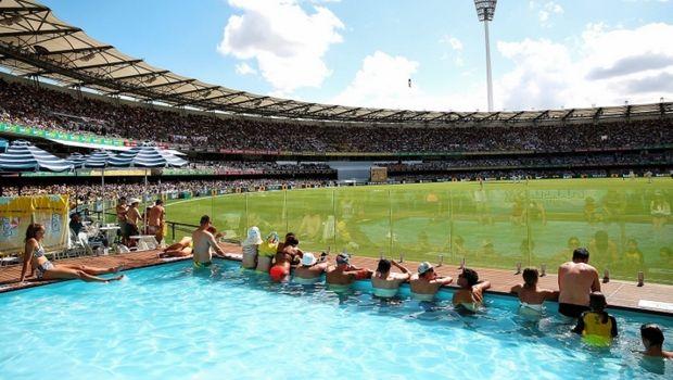 Είδαν αγώνα κρίκετ στο Μπρισμπέιν μέσα από... πισίνα!