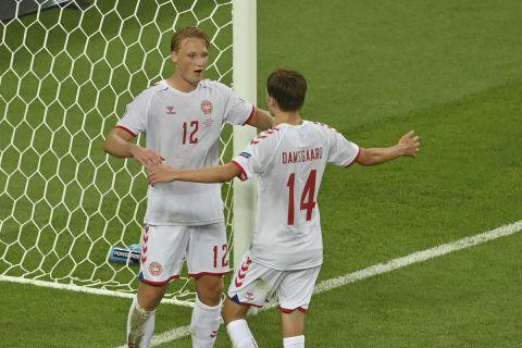 Ο Κάσπερ Ντόλμπεργκ της Δανίας πανηγυρίζει με τον Μίκελ Ντάμσγκααρντ γκολ που σημείωσε κόντρα στην Τσεχία για τα προημιτελικά του Euro 2020 στο Ολυμπιακό Στάδιο του Μπακού | Σάββατο 3 Ιουνίου 2021