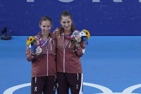 Βικτόρια Γκόλουμπιτς και Μπελίντα Μπέντσιτς στο βάθρο των Ολυμπιακών Αγώνων