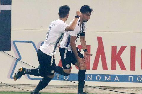 Ο Πραξιτέλης Βούρος και ο Χουάν Νέιρα πανηγυρίζουν το γκολ που σημείωσαν στην αναμέτρηση του ΟΦΗ με την ΑΕΚ