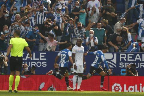 """Οι παίκτες της Εσπανιόλ πανηγυρίζουν γκολ που σημείωσαν κόντρα στη Ρεάλ για τη La Liga 2021-2022 στο """"Κορνεγιά ελ Πρατ"""", Βαρκελώνη   Κυριακή 3 Οκτωβρίου 2021"""