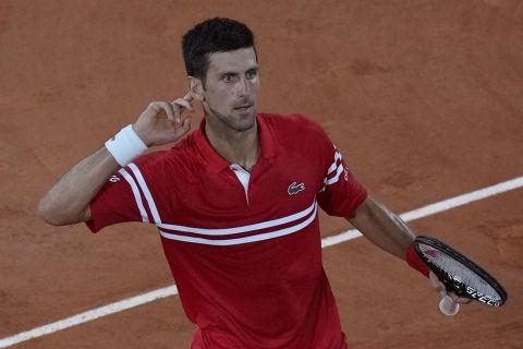 Ο Νόβακ Τζόκοβιτς πανηγυρίζει κόντρα στον Ράφα Ναδάλ στο Roland Garros