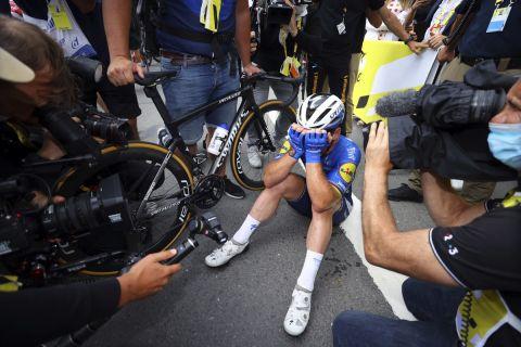 Ο Μαρκ Κάβεντις πανηγυρίζει τη νίκη του στο τέταρτο ετάπ του ποδηλατικού γύρου της Γαλλίας