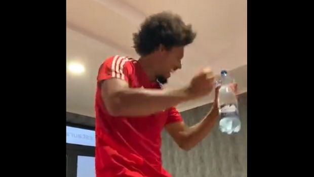 Ολυμπιακός: Ο Μπρούνο τραγούδησε και χόρεψε το