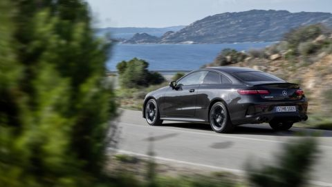Mercedes-AMG E 53 Coupé (Kraftstoffverbrauch kombiniert: 8,9-8,6 l/100 km, CO2-Emissionen kombiniert: 204-198 g/km), 2020,  Outdoor, Heckansicht, dynamisch, Night Paket, Carbon Paket II, Exterieur: graphitgrau metallic  // Mercedes-AMG E 53 Coupé (combined fuel consumption: 8,9-8,6 l/100  km, combined CO2 emissions: 204-198 g/km), 2020, Outdoor, back, dynamic, Night package, Carbon package II, exterior: graphitgrey metallic