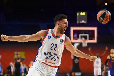 Ο Βασίλιε Μίτσιτς πανηγυρίζει την κατάκτηση της EuroLeague