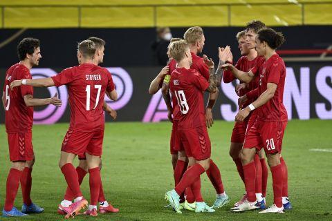 Οι παίκτες της Δανίας πανηγυρίζουν γκολ κόντρα στη Γερμανία