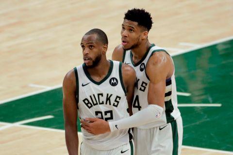 Κρις Μίντλετον και Γιάννης Αντετοκούνμπο σε φάση από το Game 4 των NBA Finals 2021 ανάμεσα στους Μπακς και τους Σανς