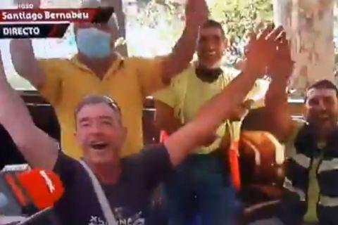 Στιγμιότυπο με εργάτες στο Σαντιάγο Μπερναμπέου να τραγουδούν τον ύμνο της Ατλέτικο Μαδρίτης
