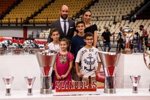 Ο Σπανούλης με τις κούπες και την οικογένειά του στη συνέντευξη Τύπου προς τιμήν του