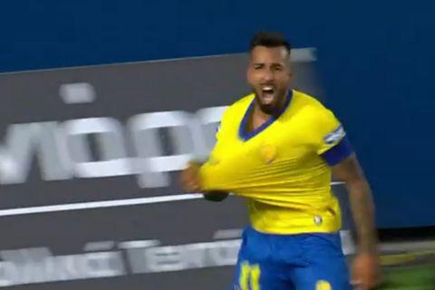 Ο Χόρχε Ντίαζ πανηγυρίζει το γκολ που σημείωσε κόντρα στον ΠΑΟΚ