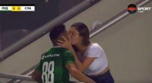 Πανηγύρισε με φιλί στην εξέδρα το γκολ του, αλλά αυτό ακυρώθηκε!