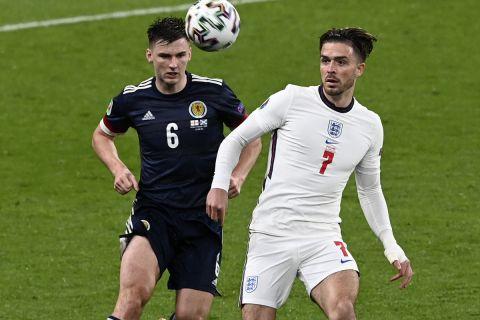 Ο Γκρίλις και ο Τίρνεϊ δίνουν μάχη για την μπάλα στο Αγγλία - Σκωτία για το Euro 2020.