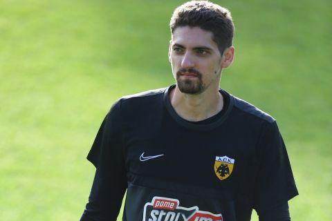 Ο Τσίτσαν Στάνκοβιτς κατά τη διάρκεια της προετοιμασίας της ΑΕΚ στην Πορταριά