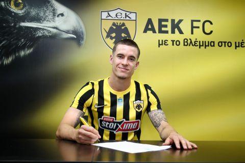 Ο Κλεμάν Μισλέν υπογράφει το συμβόλαιό του με την ΑΕΚ