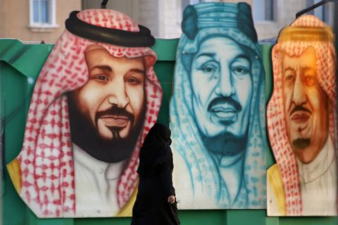 Γκραφίτι του βασιλιά Σαλμάν (δεξιά), του πρίγκιπα Σαλμάν (αριστερά) και του τέως βασιλιά Αμπντούλ Αζίζ αλ Σαούντ (κέντρο) στο Νταμάμ | Σάββατο 26 Ιουνίου 2021