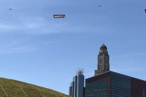 Συμβαίνει τώρα: Αεροπλάνα στο Brooklyn με μηνύματα για τον LeBron