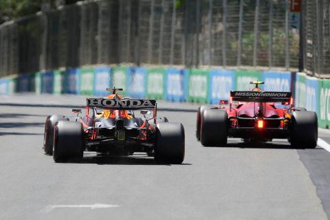 Ο Μαξ Φερστάπεν της Red Bull και ο Κάρλος Σάινθ της Ferrari σε στιγμιότυπο της FP1 για τη Formula 1 2021 στο grand prix του Μπακού | Παρασκευή 4 Ιουνίου 2021