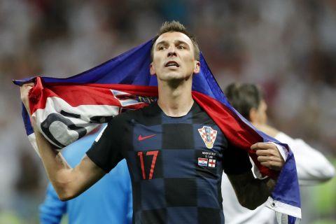 Ο Μάριο Μάντζουκιτς με τη σημαία της Κροατίας πανηγυρίζει την πρόκριση της εθνικής στον τελικό του Μουντιάλ το 2018
