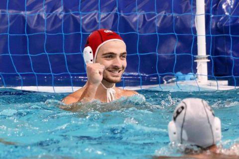 Ο γκολκίπερ της Εθνικής πόλο, Μάνος Ζερδεβάς, πανηγυρίζε την πρόκριση επί του Μαυροβουνίου στα ημιτελικά του ολυμπιακού τουρνουά πόλο