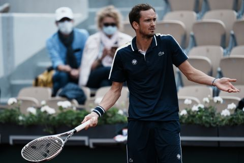 Ο Ντανίλ Μεντβέντεφ κατά τη διάρκεια του αγώνα του με τον Στέφανο Τσιτσιπά στο Roland Garros