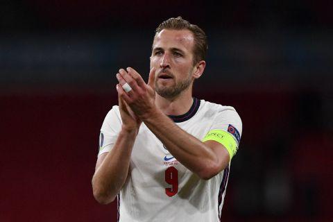 O Χάρι Κέιν χειροκροτεί τους οπαδούς της Αγγλίας μετά από αγώνα των τριών λιονταριών απέναντι στην Τσεχία στο Euro 2020 (22 Ιουνίου 2021)
