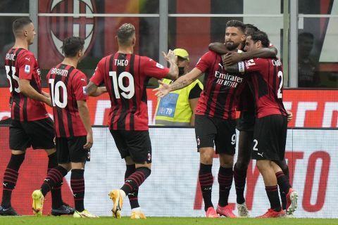 Οι παίκτες της Μίλαν πανηγυρίζουν σε παιχνίδι για τη Serie A για τη σεζόν 2021-22