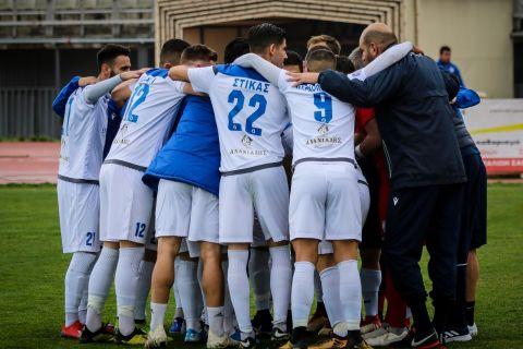 Οι παίκτες της Καβάλας πανηγυρίζουν γκολ κόντρα στη Νίκη Βόλου