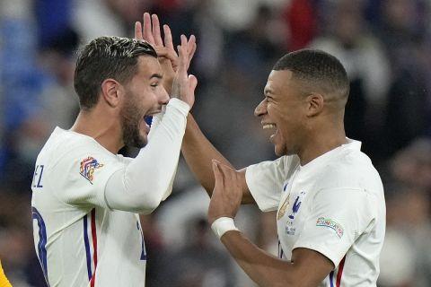 Οι Τεό Ερναντέζ και Κιλιάν Εμπαπέ πανηγυρίζουν τη νίκη της Γαλλίας επί του Βελγίου στον ημιτελικό του Nations League | 7 Οκτωβρίου 2021