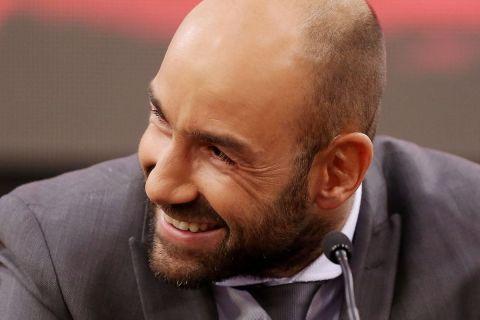 Ο Βασίλης Σπανούλης μ' ένα πλατύ χαμόγελο ζωγραφισμένο στο πρόσωπό του