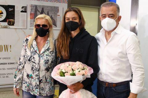 Η Μαρία Σάκκαρη με τους γονείς της, Κώστα Σάκκαρη και Αγγελική Κανελλοπούλου, κατά την επιστροφή της στην Ελλάδα έπειτα από την πορεία της μέχρι τα ημιτελικά του Roland Garros | Σάββατο 12 Ιουνίου 2021