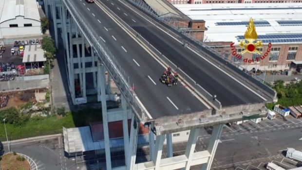 Οπαδοί του Πανιωνίου επιχείρησαν να σηκώσουν πανό έξω από την ιταλική πρεσβεία