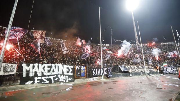 ΠΑΟΚ: Οπαδοί του Δικεφάλου έξω από τα γραφεία της ΝΔ στη Θεσσαλονίκη