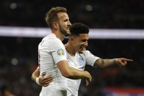 Κέιν και Σάντσο πανηγυρίζουν γκολ της εθνικής Αγγλίας κόντρα στο Μαυροβούνιο για τα προκριματικά του Euro 2020 (14 Νοεμβρίου 2019)